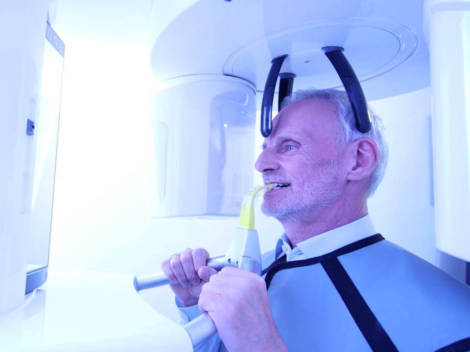 Mann, in den 60ern, bekommt sein Gebiss beim Zahnarzt geröntgt