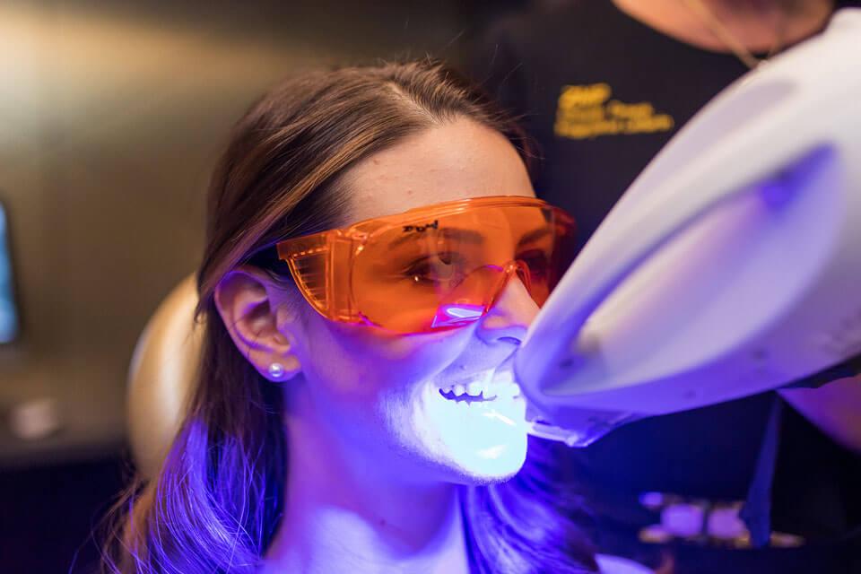 Patientin während einer Laser-Behandlung in der Zahnarztpraxis Dr. Gal
