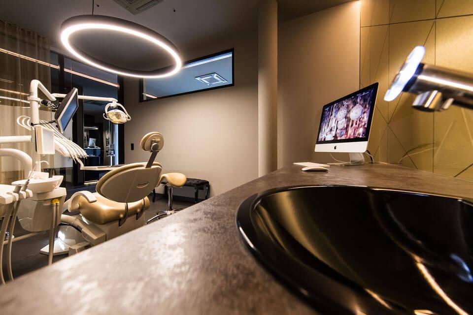 Behandlungsraum der Zahnarztpraxis Dr. Gal