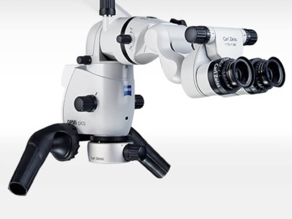 In Großaufnahme Mikroskop am Behandlungsstuhl