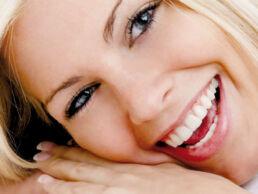 Grossaufnahme Gesicht einer blonden lächelden Frau