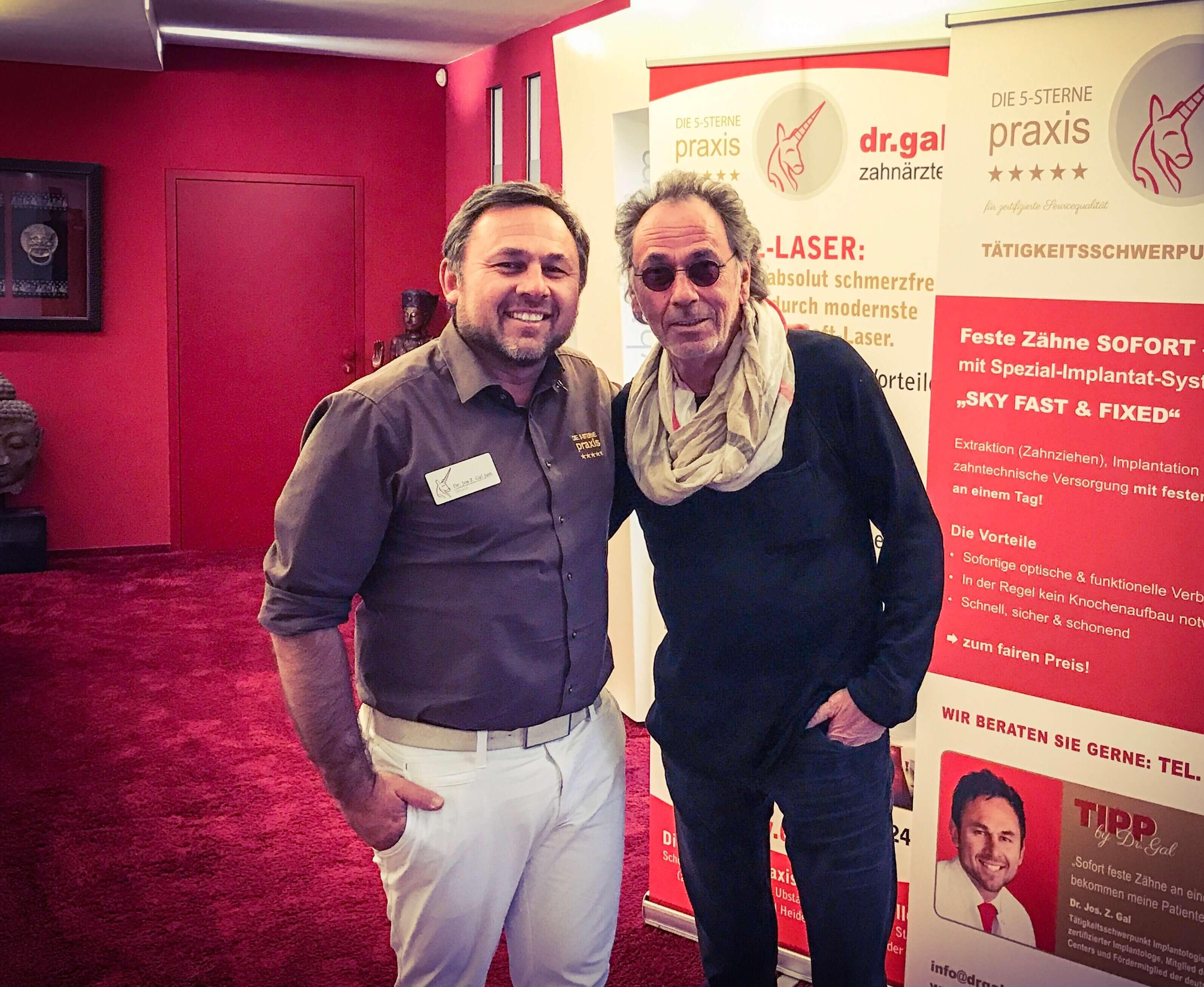 Hugo Egon Balder zu Besuch in der Zahnarztpraxis Dr. Gal