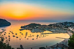Blick von einer Anhöhe auf Mallorcas Küste und Meer mit Sonnenuntergang
