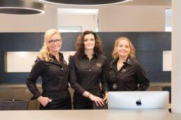 Teamfoto Praxismanagement mit Irina Schellenberg links, Lana Niederhaus in der Mitte, Angelica Fernandes rechts im Bild