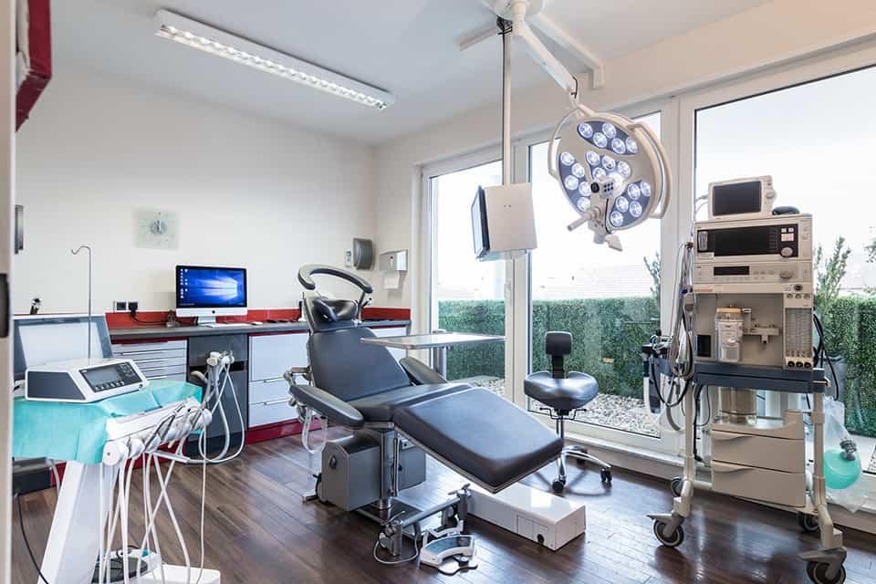 Behandlungsraum mit Zahnarztstuhl und weiteren Geräten