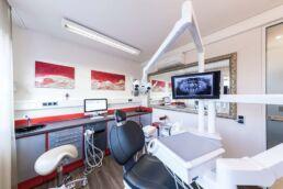 Behandlungsraum mit Zahnarztstuhl