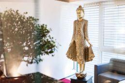 Goldene asiatische Skulptur