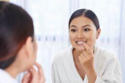 Weiße Flecken auf den Zähnen? Das sind die Ursachen